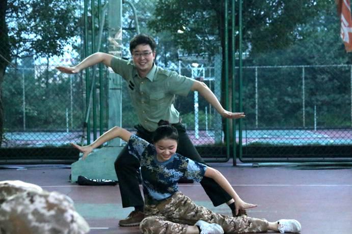 【交大】歌舞抻铁骨 笑语展柔情——记军训艺术小分队文艺汇演